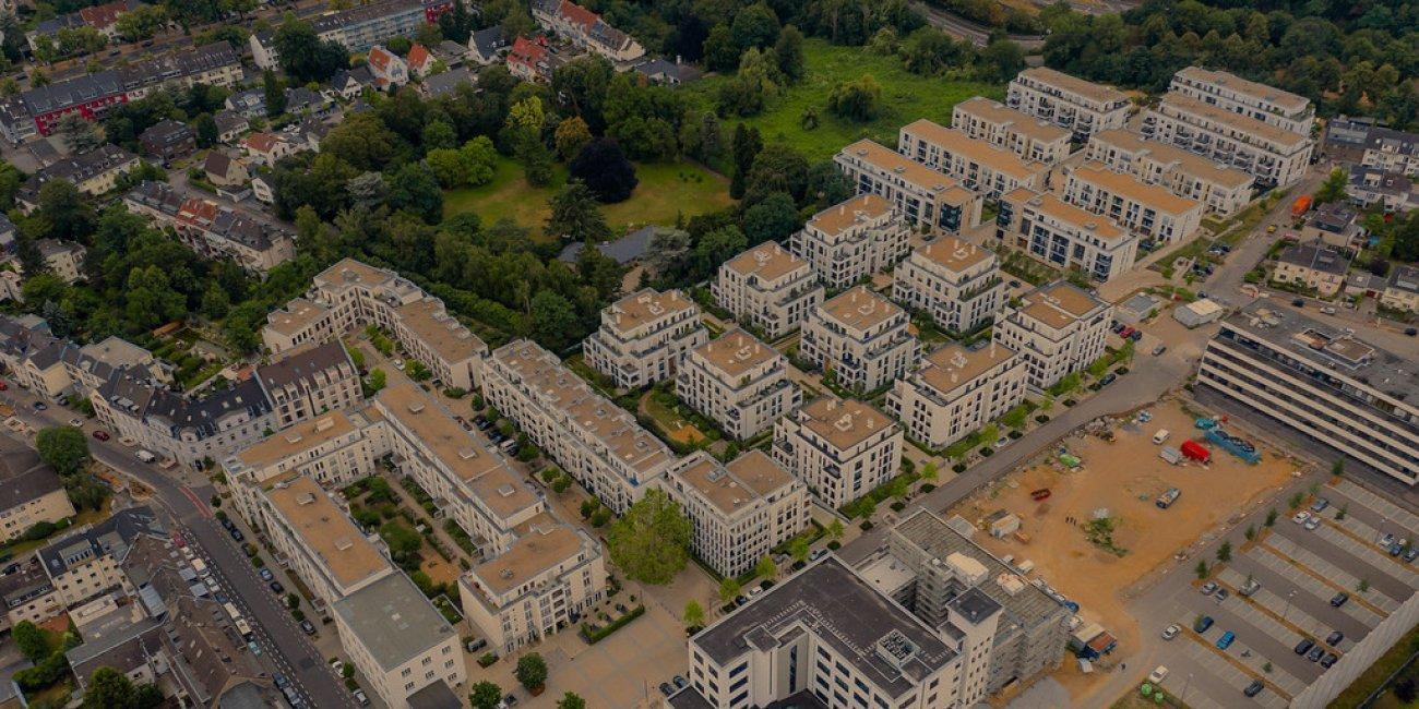 Luftbildaufnahme von neuen Mehrfamilienhäusern im Wohnquartier Park Linne neben einer Baustelle in Köln Müngersdorf von verchmarco via Flickr CC BY 2 0