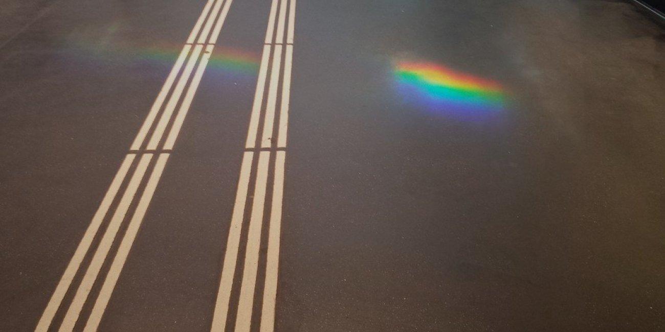 Regenbogen auf dem Leitstreifen für Sehbehinderte22 von floheinstein via Flickr CC BY SA 2 0