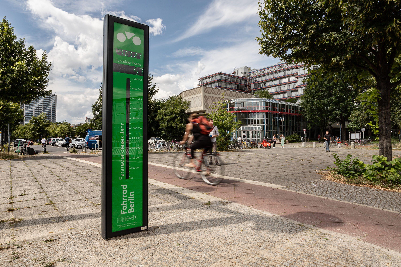Das Fahrradbarometer in Berlin zählt und zeigt an, wieviel Radfahrende diese Zählstelle pro Tag und im Jahr bereits durchfahren haben. Foto: infraVelo/Daniel Rudolph