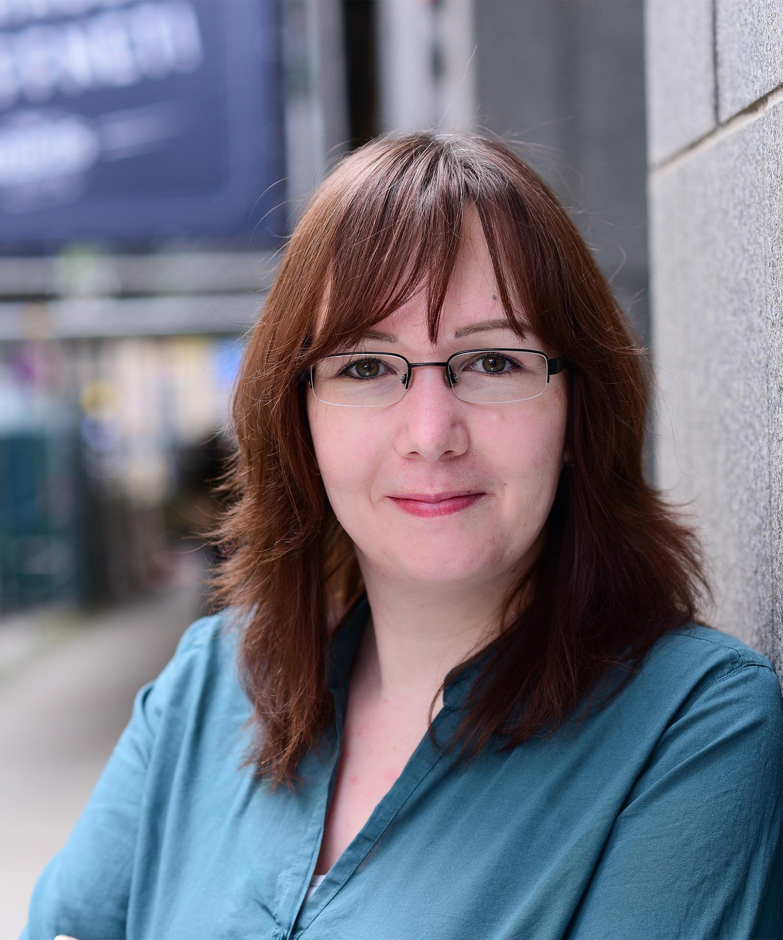 Porträt einer brünetten Frau mit Brille