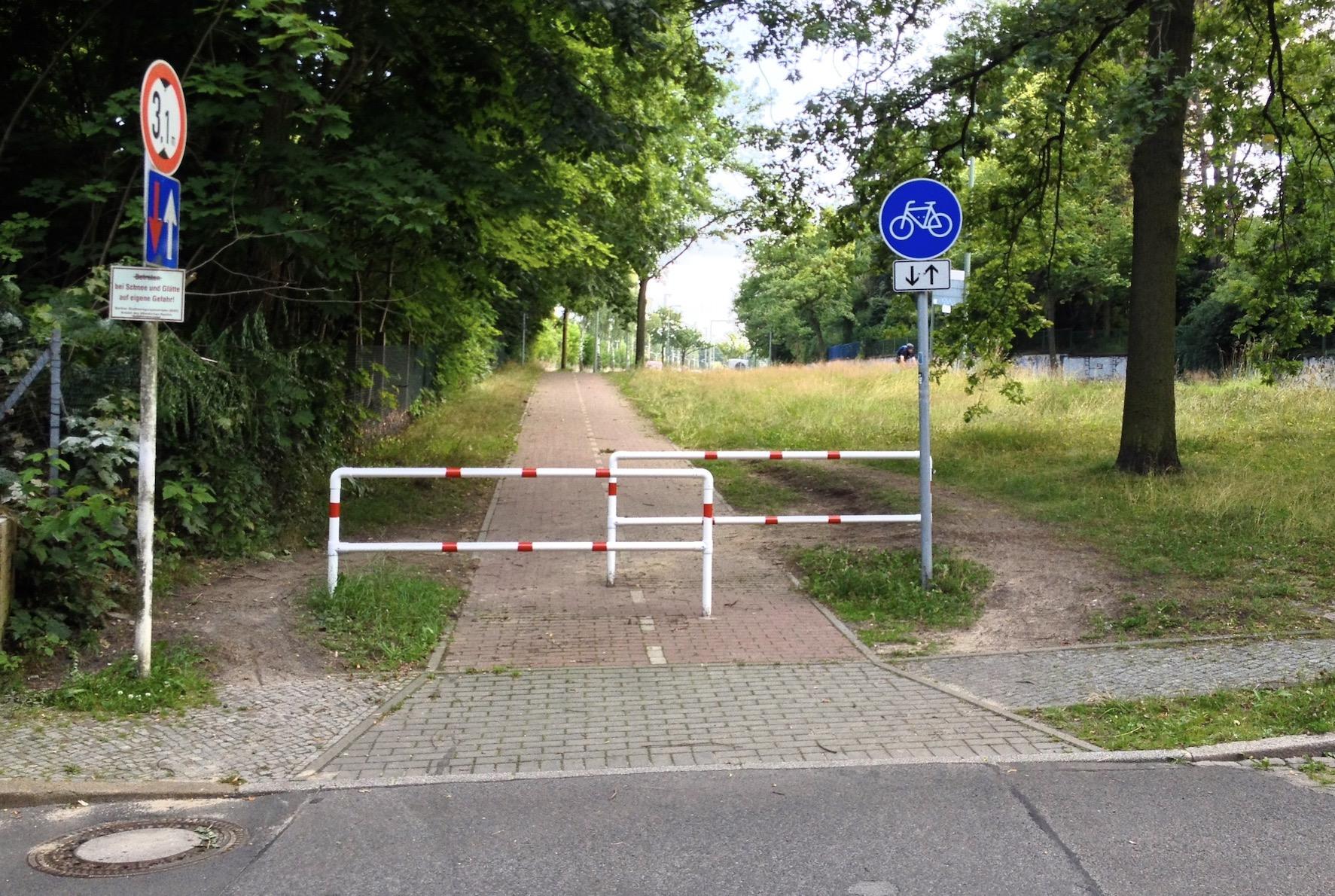 """Umlaufgitter oder auch """"Drängelgitter"""" sind für Lastenräder meist unüberwindliche Hindernisse, wenn sie nicht – wie hier in Berlin-Nikolassee – umfahren werden können. Foto: Henry Steinhau, CC-BY"""
