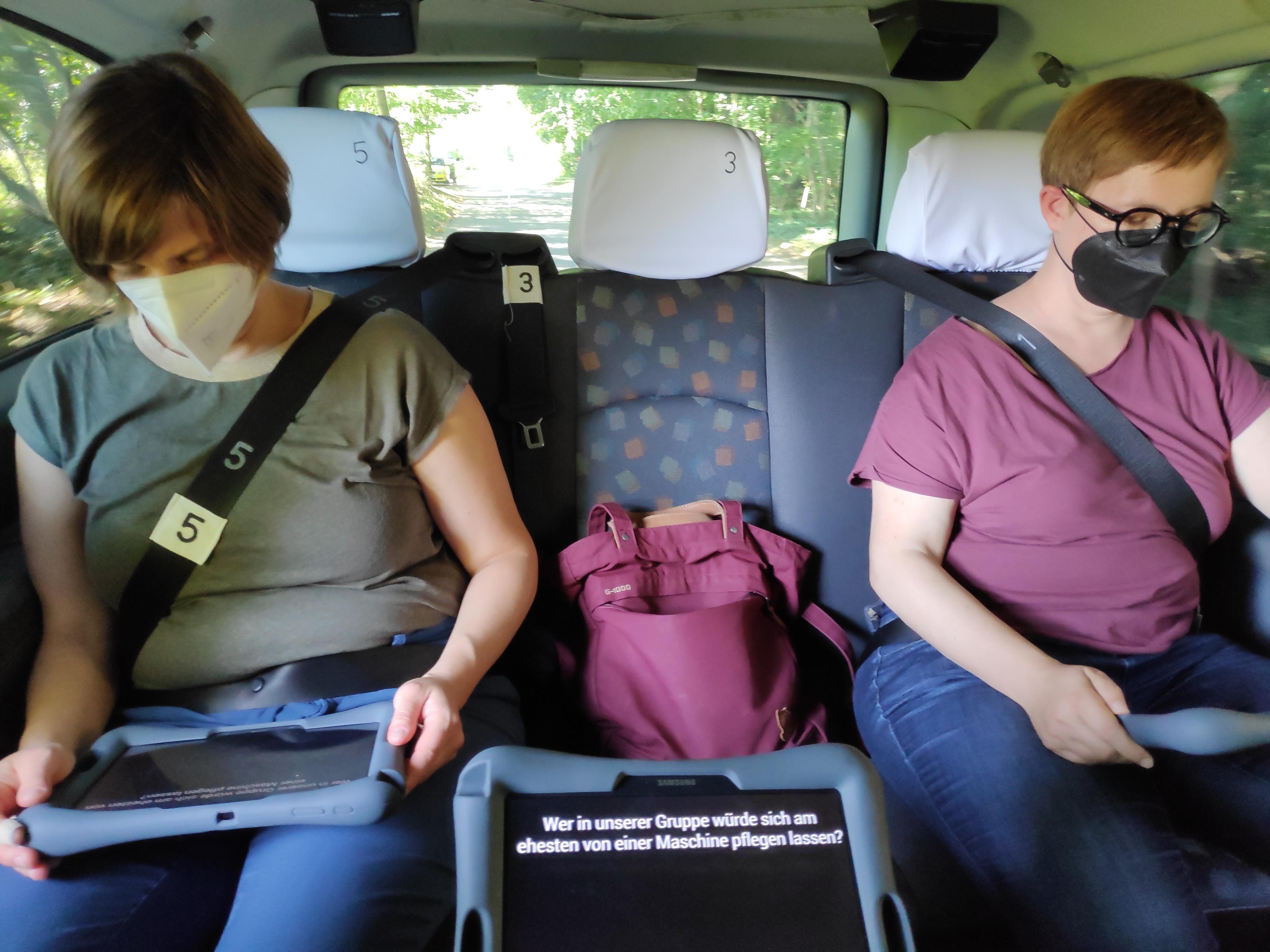 Fahrt durch Potsdam: Die Fahrgäste kommunizieren mit der vermeintlichen KI über diese Tablet-PCs.