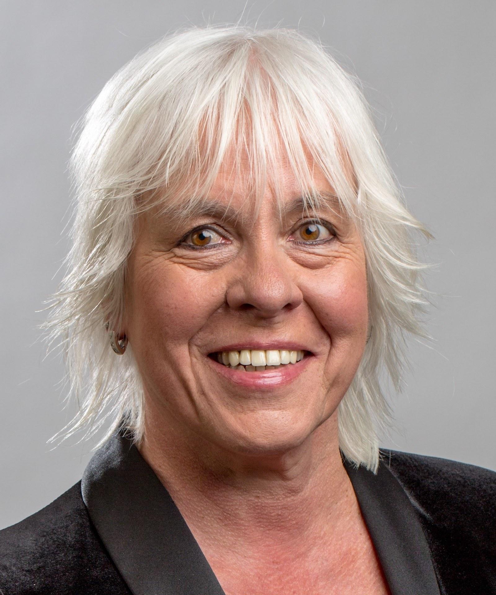 Porträt einer Frau mit weißblonden Haaren