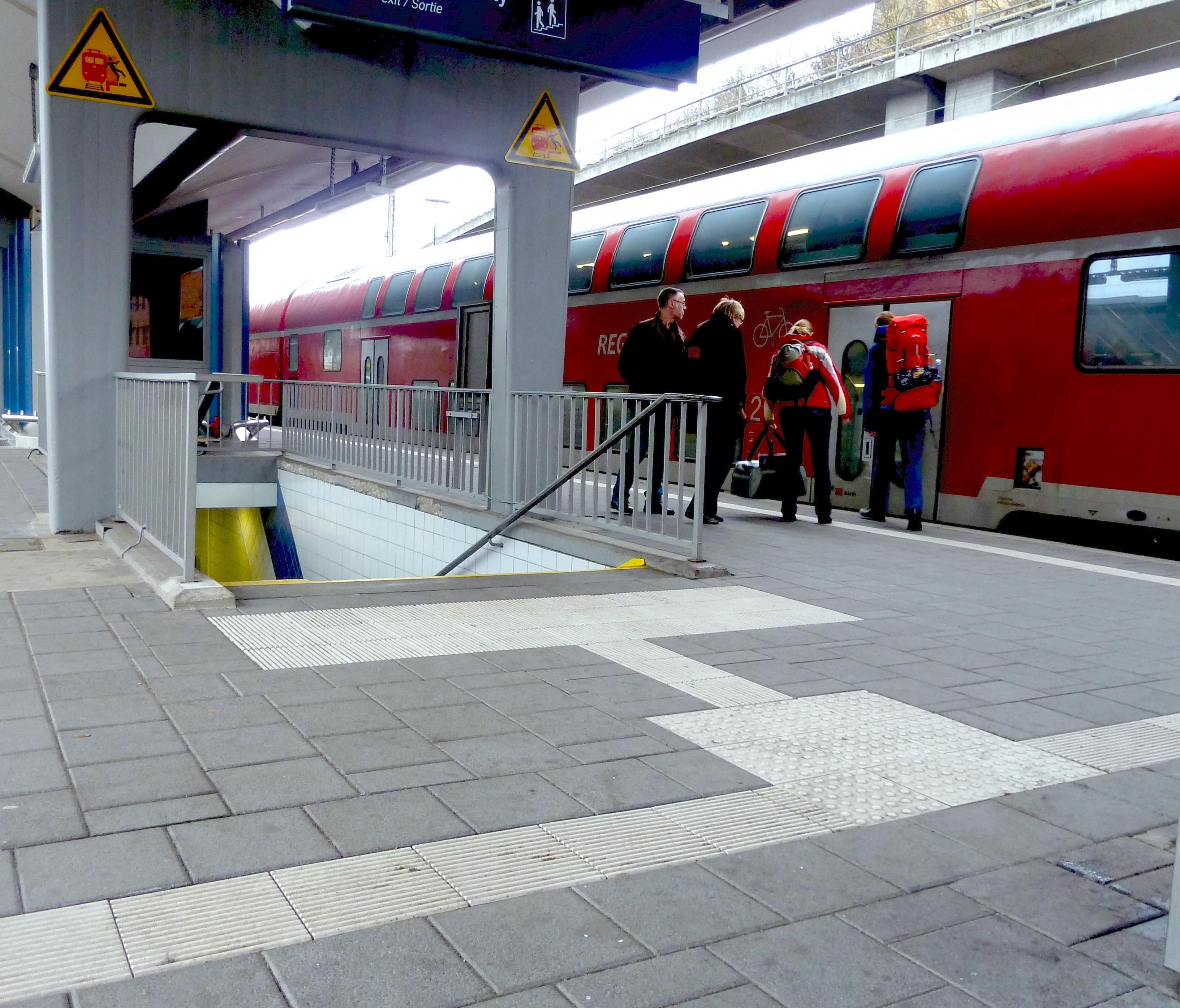 Im Fußboden von Bahnsteigen implementierte Blindenleitstreifen. Foto: KO_DB_pavement_1, via Wikipedia, CC-BY-SA 3.0