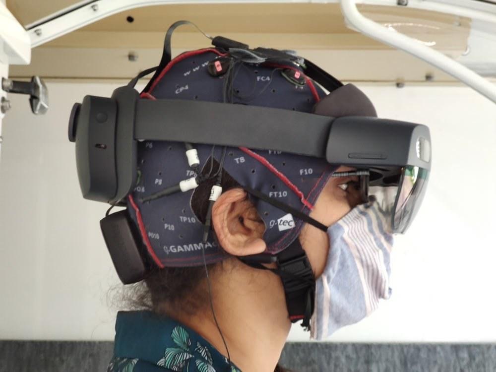 Der SmartHelm verfügt auch über elektrische Sensoren, um die Aufmerksamkeiten der Fahrer:innen während der Fahrt zu messen.