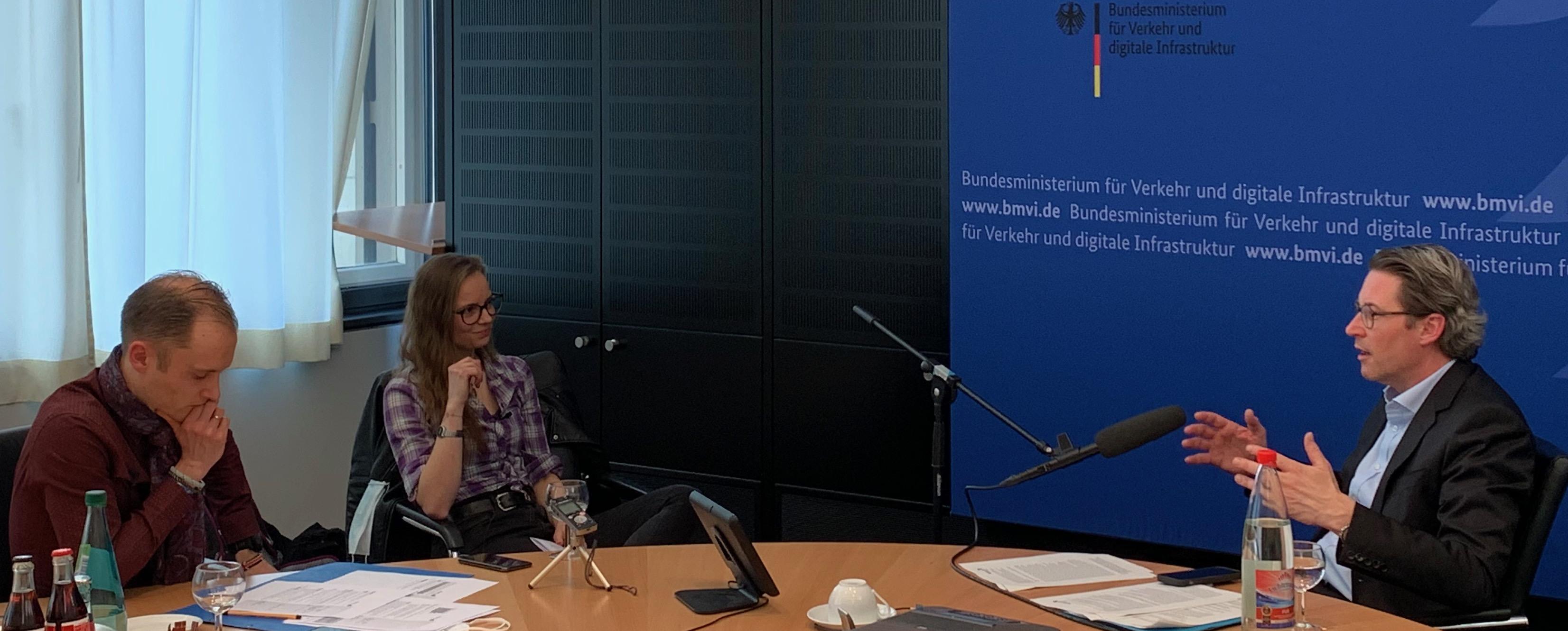Das Bild entstand am 24. Februar 2021 bei der Aufnahme des Podcasts im BMVI mit Ludwig Reicherstorfer und Lena Rickenberg im Gespräch mit Bundesverkehrsminister Andreas Scheuer. Foto: BMVI Neuigkeitenzimmer