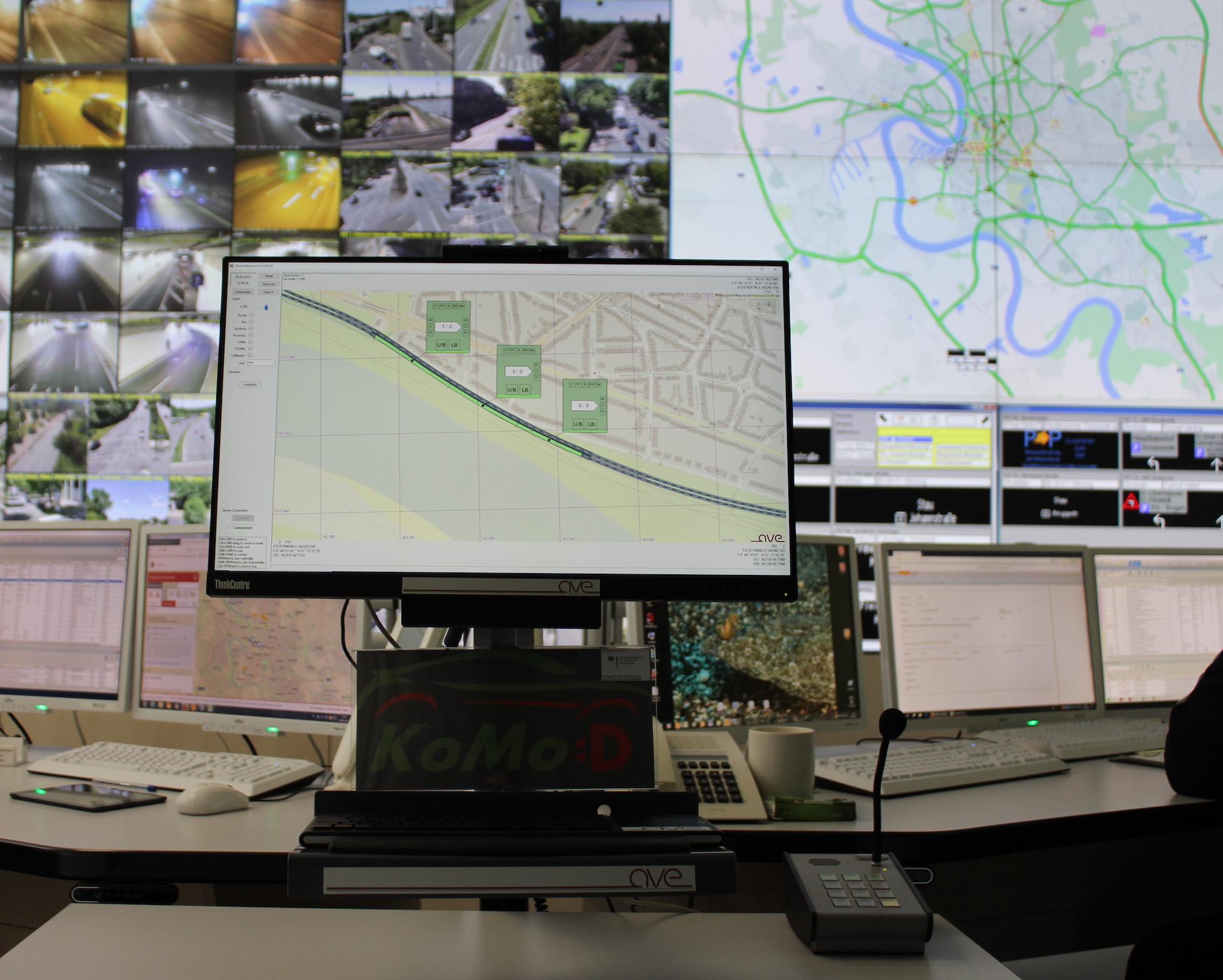 Die Verkehrszentrale Düsseldorf liefert an die Road Side Units im Testfeld digitale Daten über etwaige Sperrungen oder Tempolimits im Tunnel. Abbildung: KoMoD