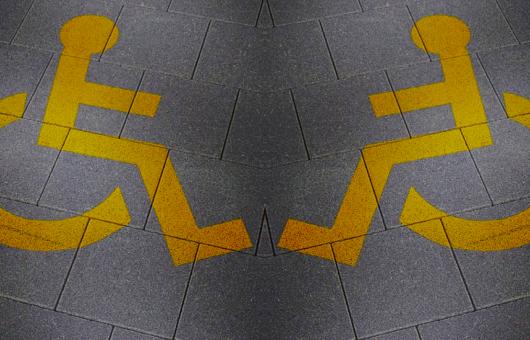 Collage Rollstuhl Piktogramm auf Gehwegplatten