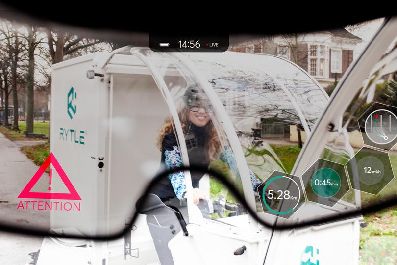 Für die Fahrassistenz im Verkehr erhalten SmartHelm-Träger:innen Informationen via Augmented Reality-Technologien eingeblendet.